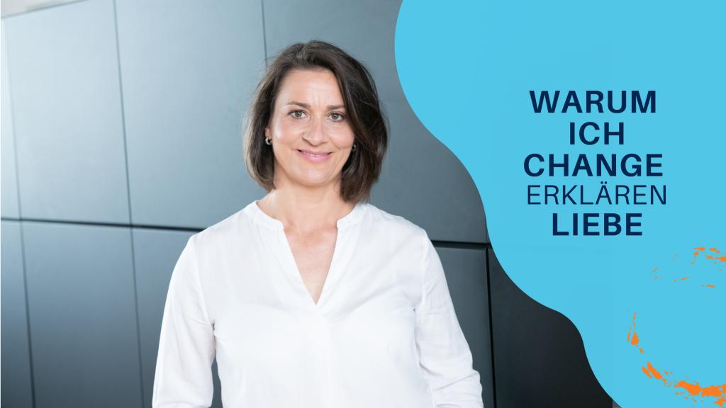 Change Beraterin Evelyn Wurster im Büro vor einer Schrankwand