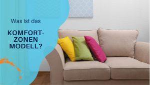beiges Sofa mit bunten Kissen